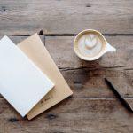 cappuccino su tavole di legno
